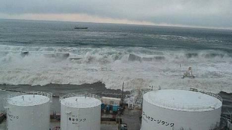 Kuva Fukushima Daiichi ydinvoimalasta tsunamin iskiessä siihen.