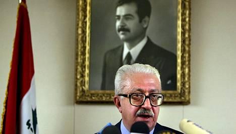 Tariq Aziz oli Irakia diktaattorin ottein hallinneen Saddam Husseinin (taulussa) luottomies ennen kuin presidentti Hussein joutui pakenemaan toisen Irakin sodan aikaan. Arkistokuva vuodelta 2002.