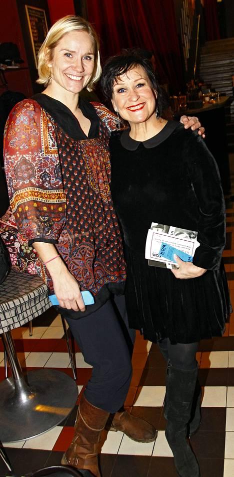 Juuri valokuvanäyttelyn avannut näyttelijä Laura Malmivaara ja kollega Sinikka Sokka saapuivat kunnioittamaan ystäväänsä Marja-Leena Koukia ja tämän pitkää uraa.
