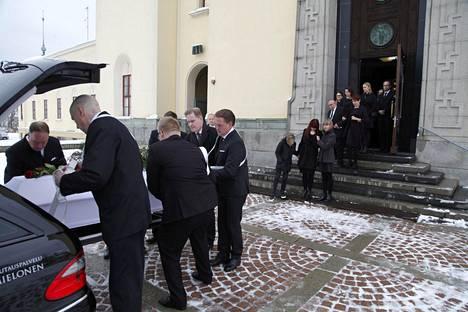 Antti Majanlahti siunattiin kotitalonsa vieressä sijaitsevassa Viinikan kirkossa. Matka kotoa kirkolle on lyhyt mutta raskas. Rakastaan saattamassa vaimo Marja-Leena ja lapset Emma ja Eino.