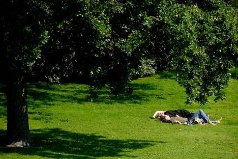Pari nautti auringosta Kaivopuistossa Helsingissä viime vuoden elokuussa.