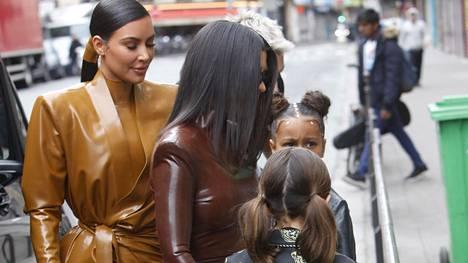 Kim ja Kourtney tyttärineen Pariisissa.