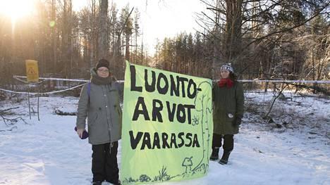 Senni Lappalainen ja Katja Lehtola aikovat jatkaa mielenilmauksia niin kauan kuin yksikin puu on pystyssä hakkuualueella.