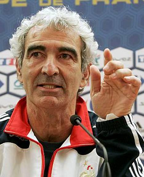Ranskan päävalmentaja Raymond Domenech ei joudu maksamaan EM-flopista työpaikallaan.