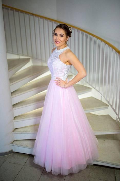 """""""Valitsin vanhojen tansseihin hempeän vaaleanpunaisen mekon, jossa on puhtaan valkoinen pitsiyläosa valkoisilla helmikoristeilla. Rakastan mekkoa, sillä se on juuri minun näköiseni!"""" klaukkalalainen Iida Kuisma kirjoittaa."""