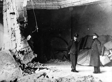 Hitler teki itsemurhan valtakunnankanslian bunkkerissa 30. huhtikuuta 1945.