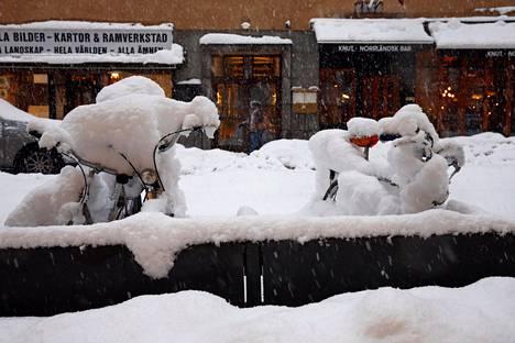 Polkupyörät ovat hautautuneet lumen alle Tukholmassa.