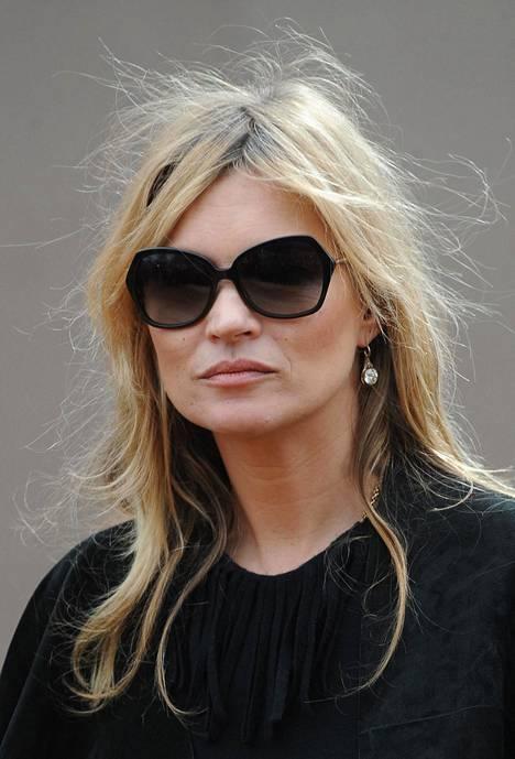 Huippumalli Kate Moss on ylpeiden tyvikasvun kantajien kruunaamaton kuningatar. Tumma tyvi on ollut Katen tavaramerkki jo vuosikymmeniä, ja väri näyttää aina yhtä tyylikkäältä.