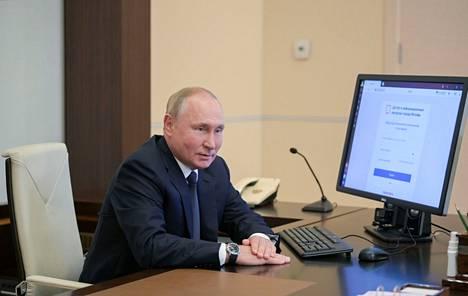 Vladimir Putin kuvattiin tietokoneen äärellä siinä yhteydessä, kun hän käytti ensi kerran mahdollisuutta äänestää vaaleissa internetin kautta. Putin pitää rannekelloaan perinteisesti oikeassa kädessä.