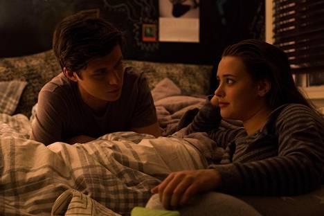Simon (Nick Robinson) ja Leah (Katherine Langford) pähkäilevät suhdeongelmia.