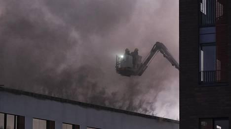 Pelastuslaitos sammuttamassa paloa kello 23 jälkeen.