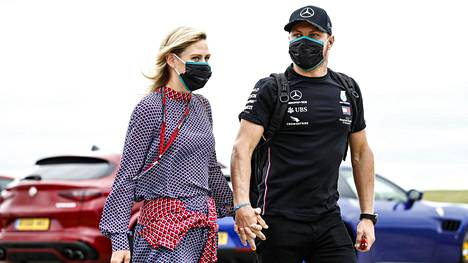 Tiffany Cromwell ja Valtteri Bottas kuvattuna Silverstonessa elokuun alussa ennen Britannian GP:tä.