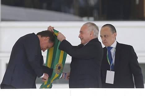 Brasilian väistyvä presidentti Michel Temer (oik.) ja presidentti Jair Bolsonaro (vas.).