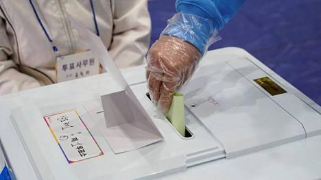 Muovihansikkaat ovat Etelä-Korean tämänkertaisten vaalien äänestäjien vakiovaruste.