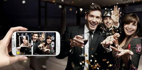 Samsung Galaxy S4:n ominaisuuksiin kuuluu mahdollisuus valottaa samaan valokuvaan etu- ja takakameran näkymä.
