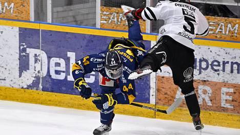 Kristian Pospisil on sivussa SM-liigan toisesta finaaliottelusta. TPS:n Eemil Viro sen sijaan on mukana joukkueensa kokoonpanossa.