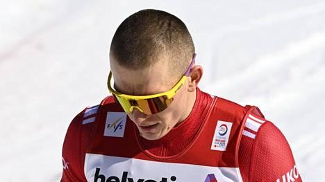 Aleksandr Bolshunov kärsii ärhäkästä ientulehduksesta. Kuva viime talven MM-kisoista.