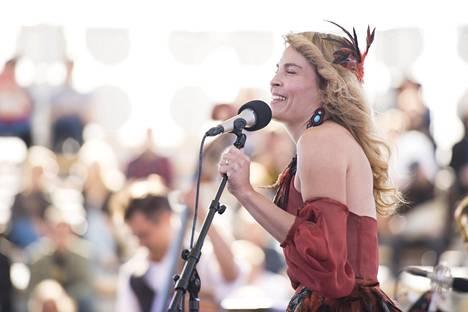 Irina Björklund esiintyi Flow Festivaalilla Helsingissä perjantaina.