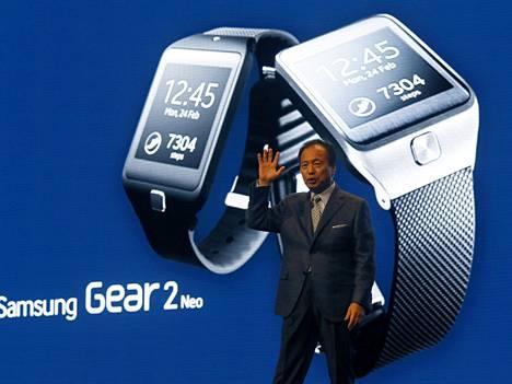Samsungin it- ja mobiiliteknologian johtaja JK Shin julkisti helmikuussa Barcelonassa kaksi älyranneketta yhdessä uuden älypuhelimen kanssa.