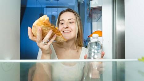 Vedenjuonti on hyvää suolistolle, mutta yöaika ei ole paras aika avata jääkaapin ovea.