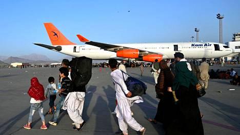 Suomi lopettaa kehitysyhteistyömaksatukset Afganistanissa maan ajauduttua kaoottiseen tilaan. Talebania paenneet ihmiset yrittivät päästä lentokoneisiin Kabulin lentokentällä. Kuva otettu Kabulissa maanantaina.