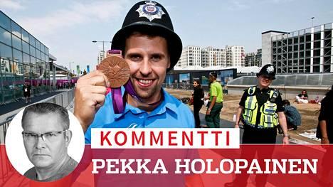 """Lontoon olympiakisojen """"Ronssi-Antti"""" Ruuskasesta tuli kisojen hopeamitalisti, kun dopingpoliisin työ valmistui. Kyse ei kuitenkaan ollut samasta konstaapelista, joka elokuussa 2012 lainasi Ruuskaselle päähinettään Ilta-Sanomien kuvausta varten."""