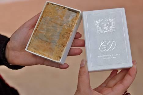 Vuonna 2014 huutokaupattu Dianan ja Charlesin hääkakun pala alkuperäisessä kääreessään.