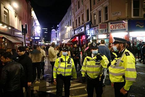 Poliisit jututtivat juhlijoita.