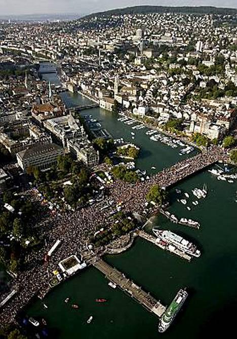 Zurich Street Parade täytti Zurichin kadut juhlijoilla.