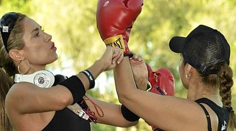 Jennifer Nicole Lee otti pienen erän toisen naistreenarin kanssa puistossa Miamissa.