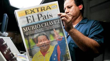 Mies lukee Chavezin kuolemasta lehdestä Calissa Kolumbiassa.