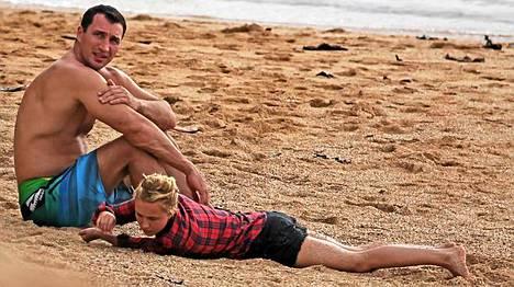 Hayden Panettiere näyttää pikkulapselta poikaystävänsä, raskaansarjan ammattinyrkkeilijän Wladimir Klitschkon vieressä.