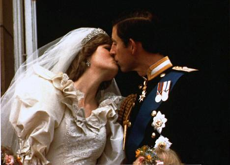 Koko maailma huokaisi ihastuksesta, kun pari avioitui kesällä 1981.