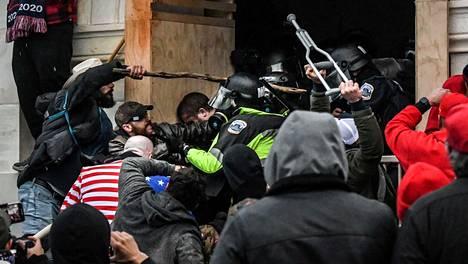 Poliisit ja mellakoitsijat ottivat loppiaisena yhteen Yhdysvaltain kongressitalolla.