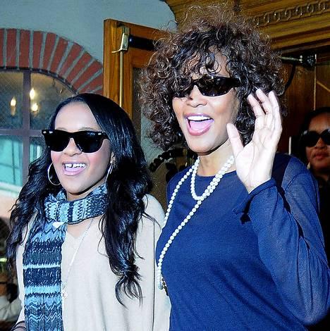 Äiti-tytär-suhteen lisäksi Whitney ja Bobbi Kristina olivat hyviä ystäviä keskenään.