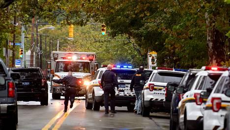 Neljän loukkaantuneen kerrottiin olevan poliiseja.