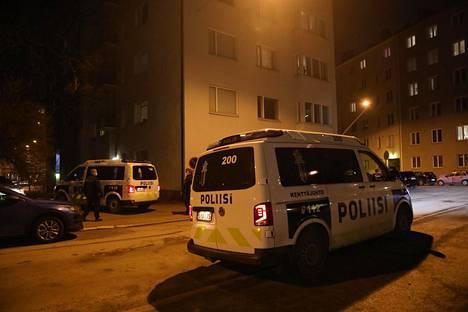 Ilta-Sanomien valokuvaaja kuvasi poliisin partioautot Töölöntullinkadun ja Stenbäckinkadun risteyksessä.