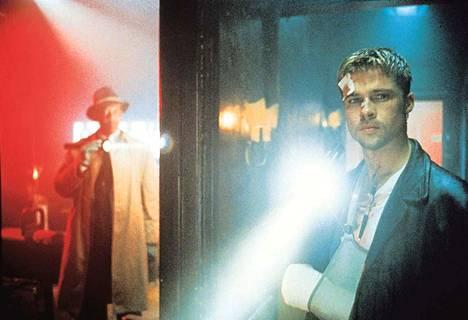 Poliisit (Morgan Freeman ja Brad Pitt) saavat vastaansa sarjamurhaajan (Kevin Spacey).