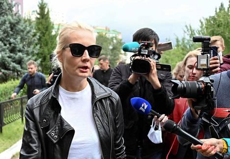Aleksei Navalnyin Julija-vaimo puhui medialle sairaalan ulkopuolella.