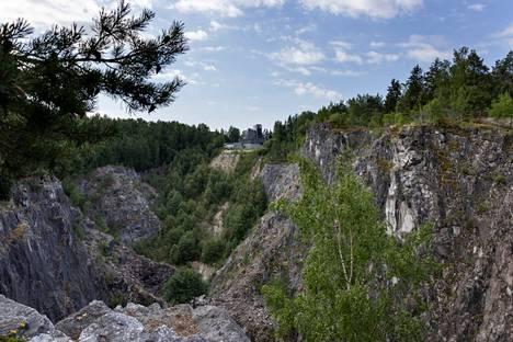 Nykyisin Lohjalla louhitaan kalkkia maan alla jopa 300 metrin syvyydessä. Avolouhoksista luovuttiin 1950-luvulla. Kuva Törmän avolouhokselta.