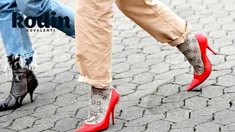 Puuvillaiset sukat imevät kosteuden itseensä, eivät päästä sitä pois.