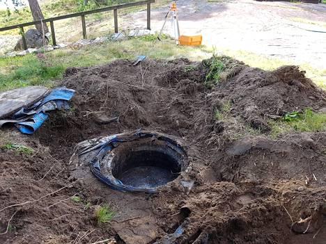 Ensimmäisenä tulee poistaa vanha jätevesijärjestelmä ja kaivaa uudelle riittävän kokoinen kuoppa.