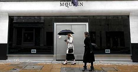 Alexander McQueenin Lontoon kaupan ikkunat on tummennettu ja lippu puolitangossa suunnittelijan kuoleman vuoksi.