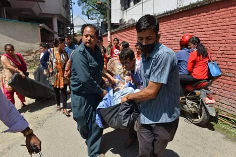 Kathmandulaisen sairaalan potilaita kannettiin järistyksen jälkeen ulos rakennuksesta varmuuden vuoksi.