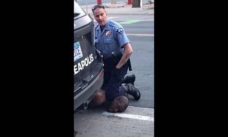 Syytetyn poliisin Derek Chauvinin kovat otteet George Floydia vastaan tallentuivat videolle.