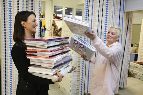 Hopen toinen perustaja Tiina Nummenmaa (vas.) ja toiminnanohjaaja Nora Virtanen kuvattuna viime joulun alla, jolloin yhdistyksellä oli menossa joululahjakeräys.
