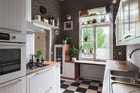 Asunnon keittiöön on valittu persoonalliset tapetit.