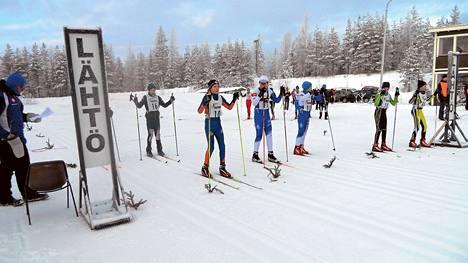Vuoden urheiluseuraksi valitun Joutsenon Kullervon järjestämissä Myllykylä-hiihdoissa on paljon nuoria. Kuva tammikuulta 14-vuotiaiden sarjan lähdöstä.