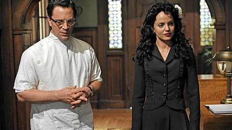 American Horror Story -sarjan tämäniltaiseen jaksoon on kirjoitettu kuuluisa Mustan Dahlian hahmo (oik.), joka perustuu todelliseen henkilöön. Tunnistatko, kuka häntä näyttelee?