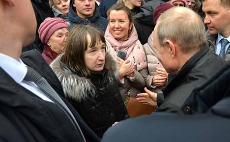 Tummatukkainen, nimettömäksi jäänyt nainen tenttasi Vladimir Putinilta muun muassa tämän palkasta ja siitä, voiko 10800 ruplalla eli noin 160 eurolla tulla toimeen kuukaudessa.
